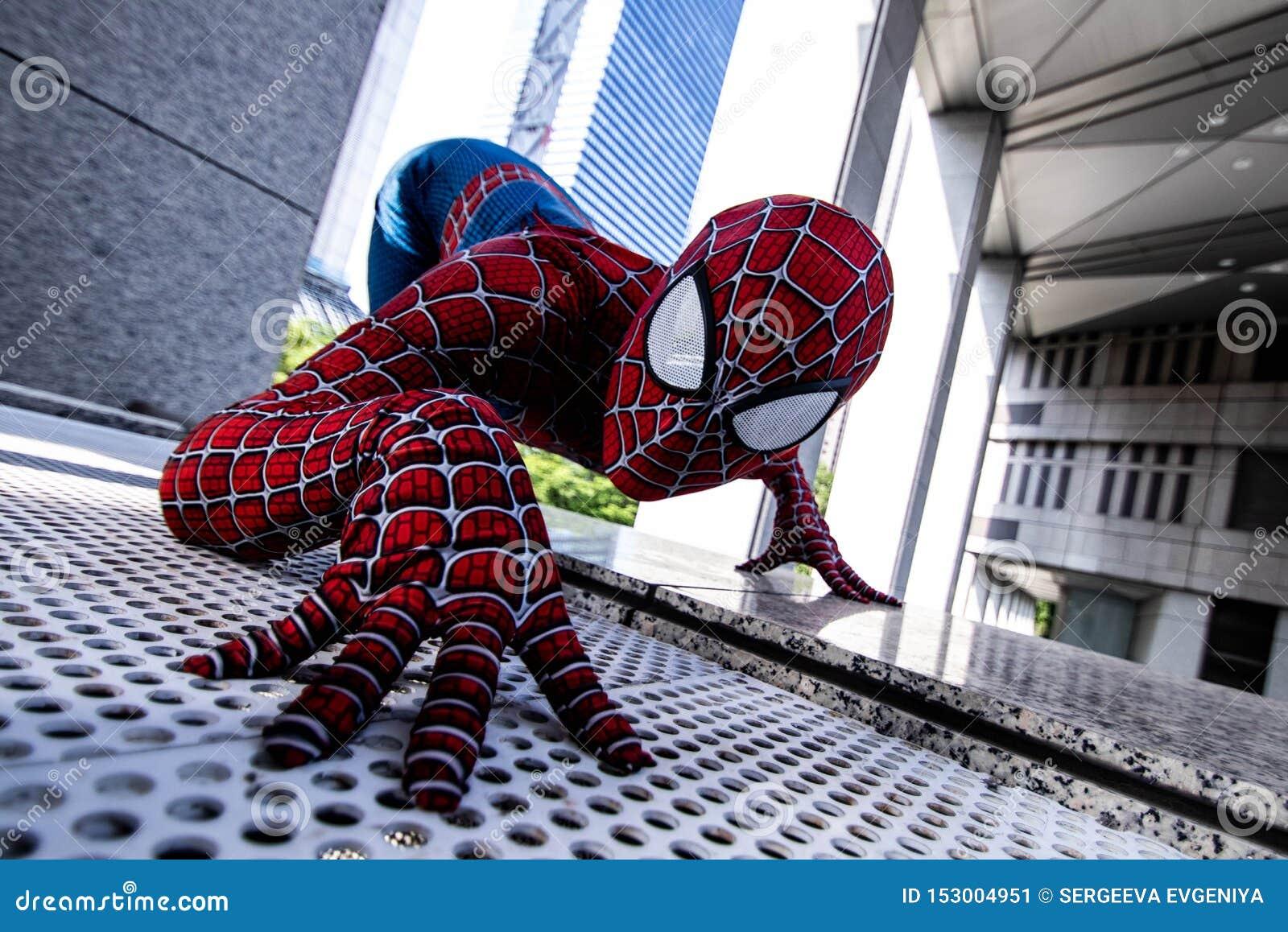 Токио, Япония - 15-ое июня 2019: Человек в человек-пауке чуда костюма супергероя шуточном на улице