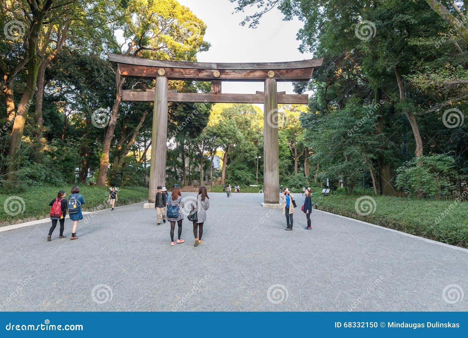 ТОКИО, ЯПОНИЯ - 7-ОЕ ОКТЯБРЯ 2015: Вход к имперской святыне Meiji расположенной в Shibuya, святыне токио которая предназначена к
