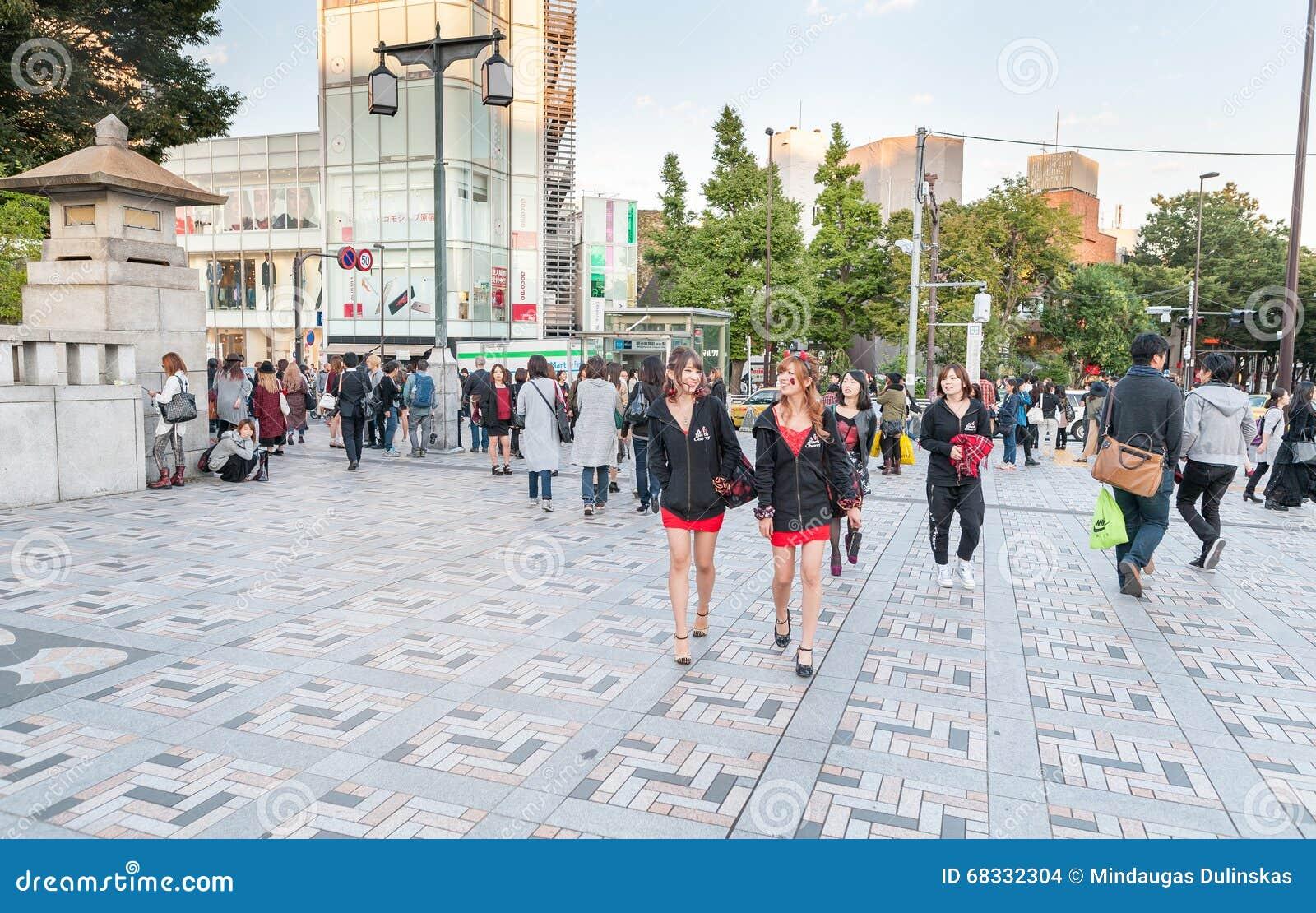 ТОКИО, ЯПОНИЯ - 7-ОЕ ОКТЯБРЯ 2015: Японский народ и предназначенная для подростков близко имперская святыня Meiji расположенные в