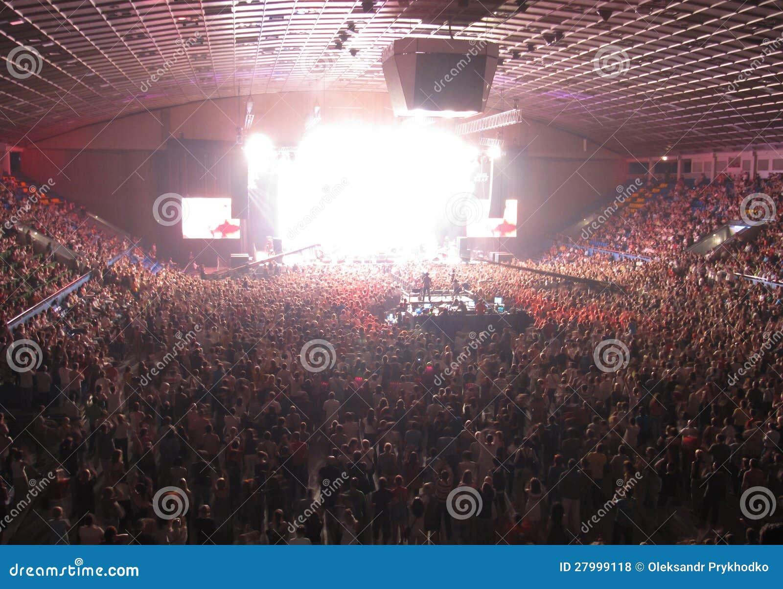 Толпа в концертном зале