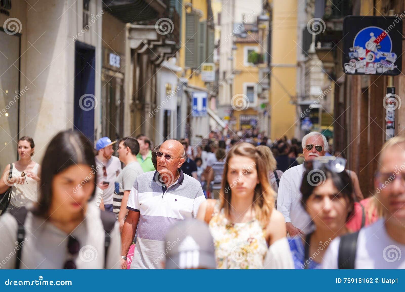 Две девушки на толпу, сюжетом униформе смотреть