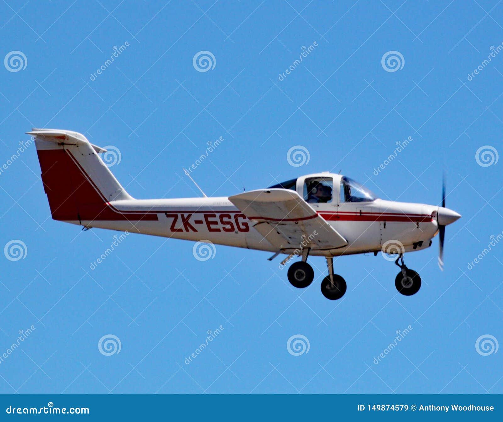 Томагавк волынщика PA-38-112 идет на посадку в аэропорте Веллингтона, Новой Зеландии