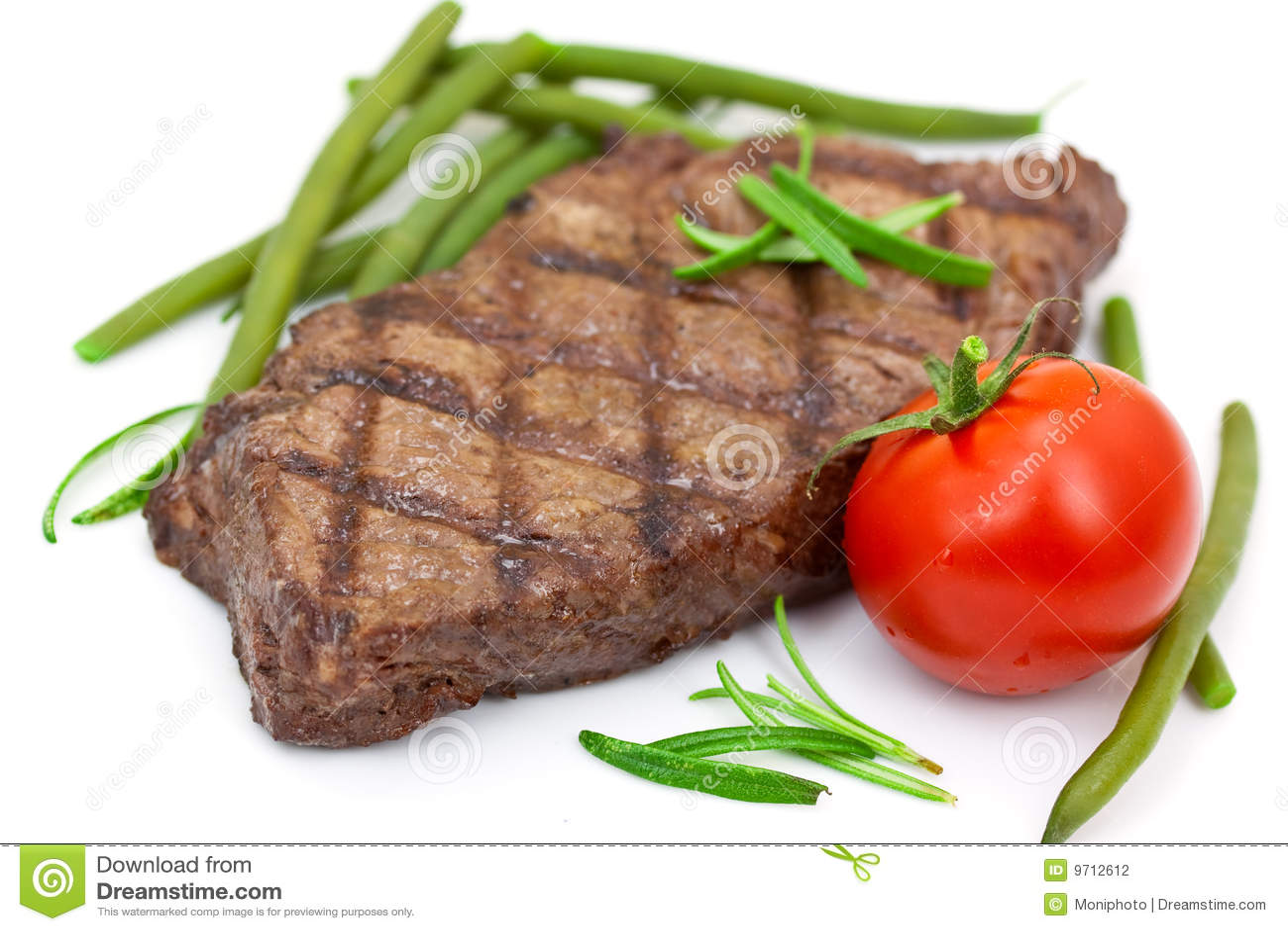 томат стейка фасолей зеленый зажженный изолированный
