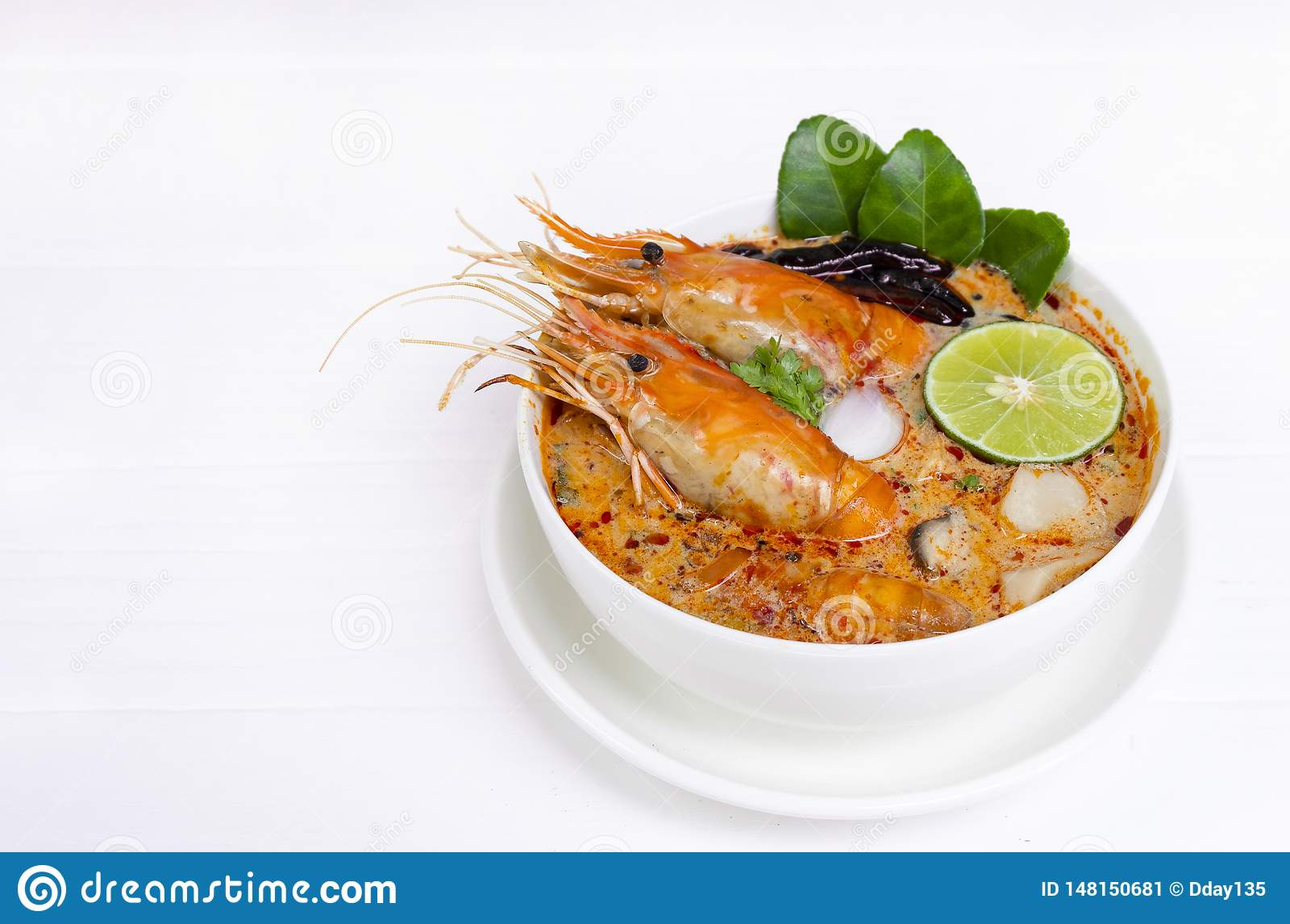 Том Yum еда пряного кислого супа супа Goong или креветки традиционная в Таиланде