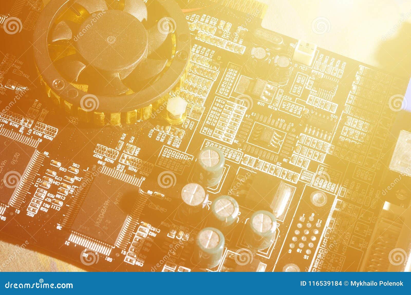 Тонизированное изображение макроса доски компьютера с много малых технологических элементов Весьма малая глубина поля Абстрактное