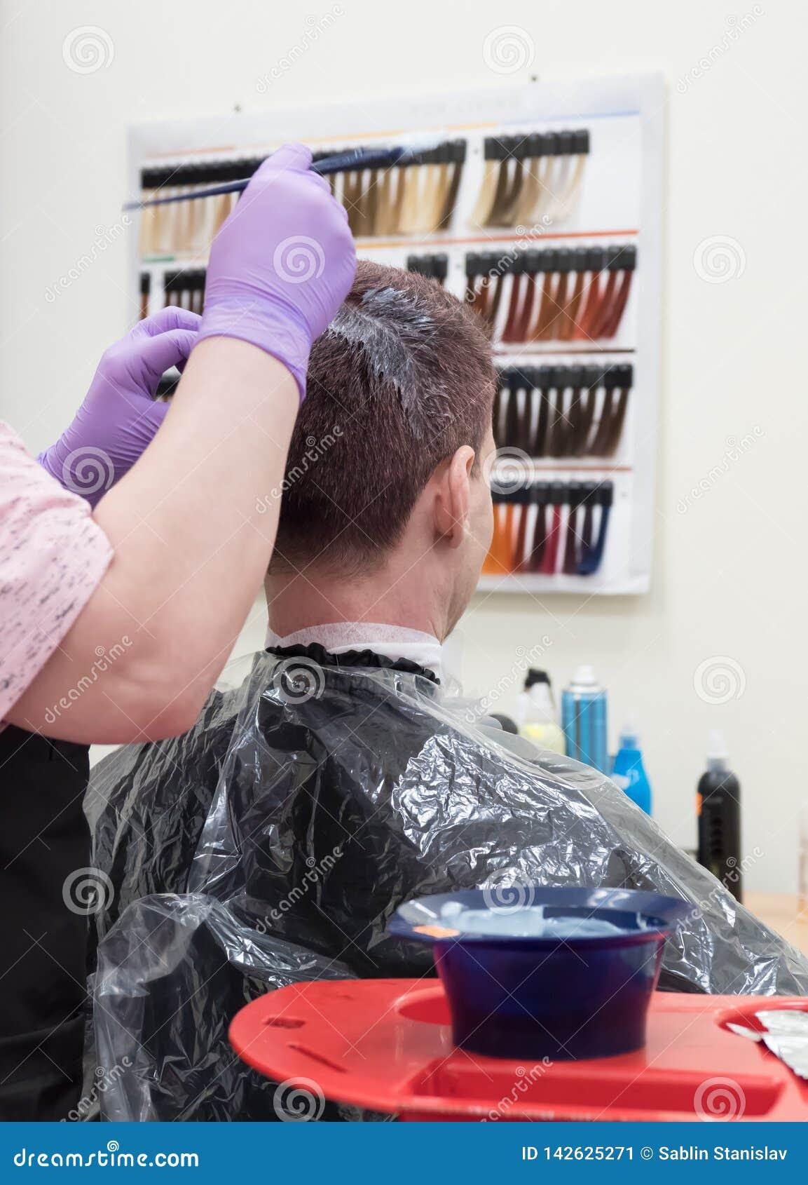 Тонизировать серые волосы на голове человека в салоне красоты