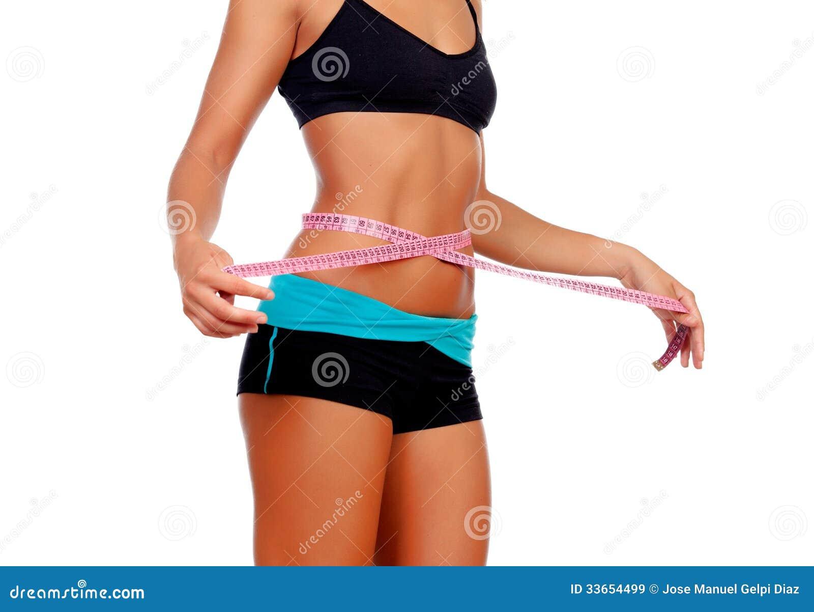 Тонкая девушка брюнет с одеждами рулетки и фитнеса