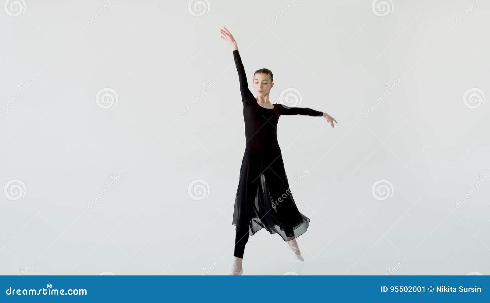 Девушка красиво танцует у окна