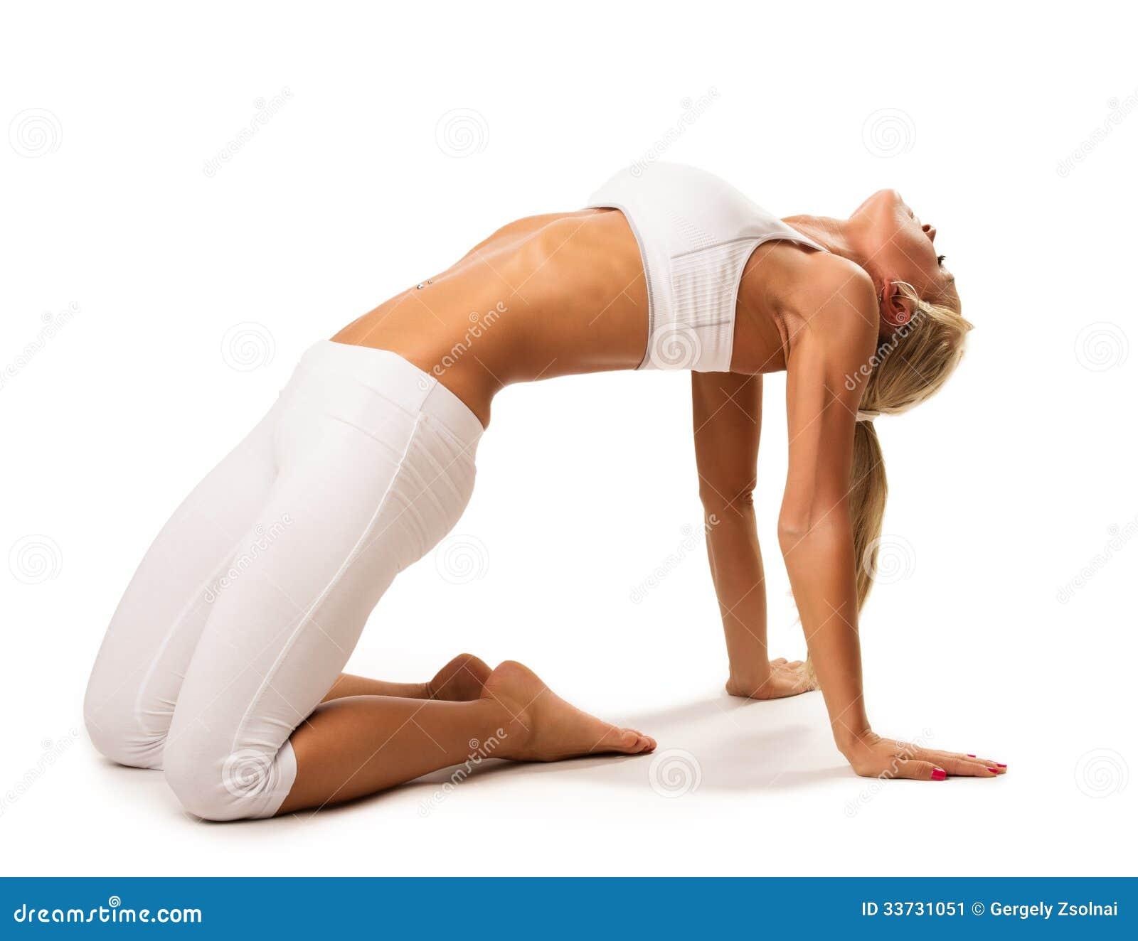 Тонкая сексуальная женщина делая протягивающ тренировку