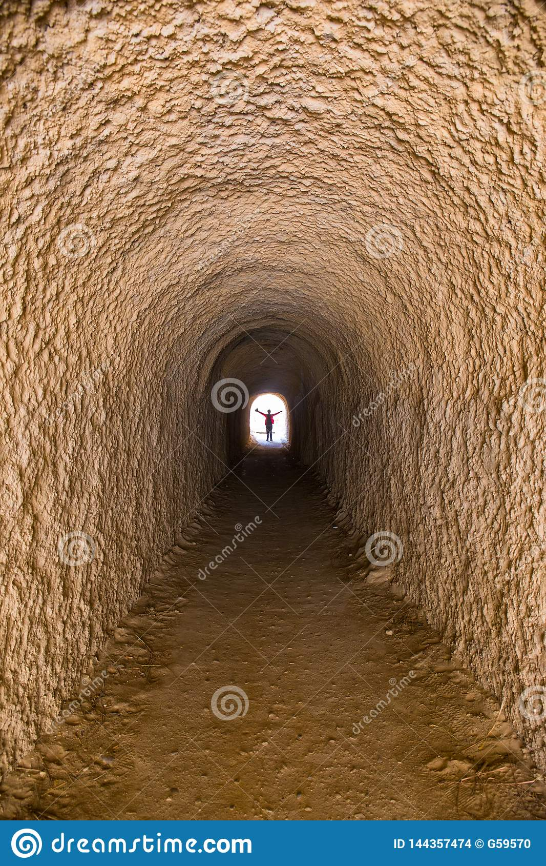 Тоннель который может приспособить только одного человека, глубокий, загадочный, неимоверного