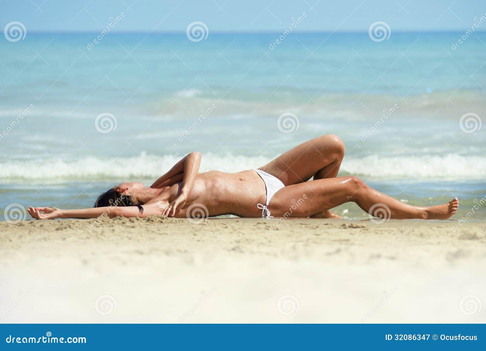 more-plyazh-bikini-topless-masturbiruet-i-oblizivaet-paltsi