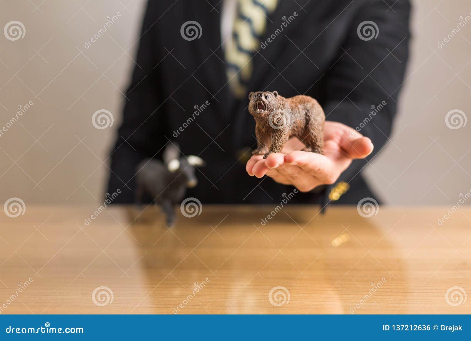 Торговец сидя перед деревянным столом