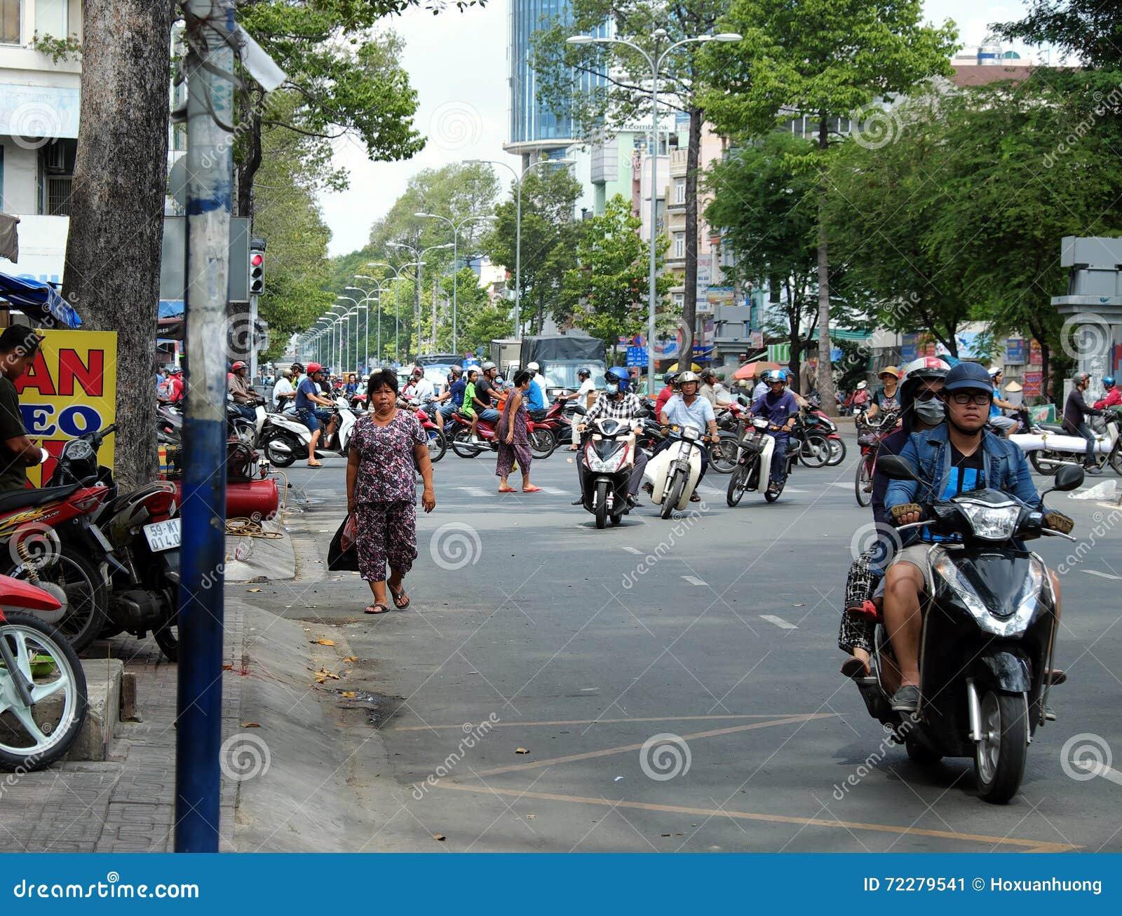 Download Торгуйте на городе Азии, прогулке ходока на проезжей части Редакционное Фото - изображение насчитывающей хаотическо, толпа: 72279541