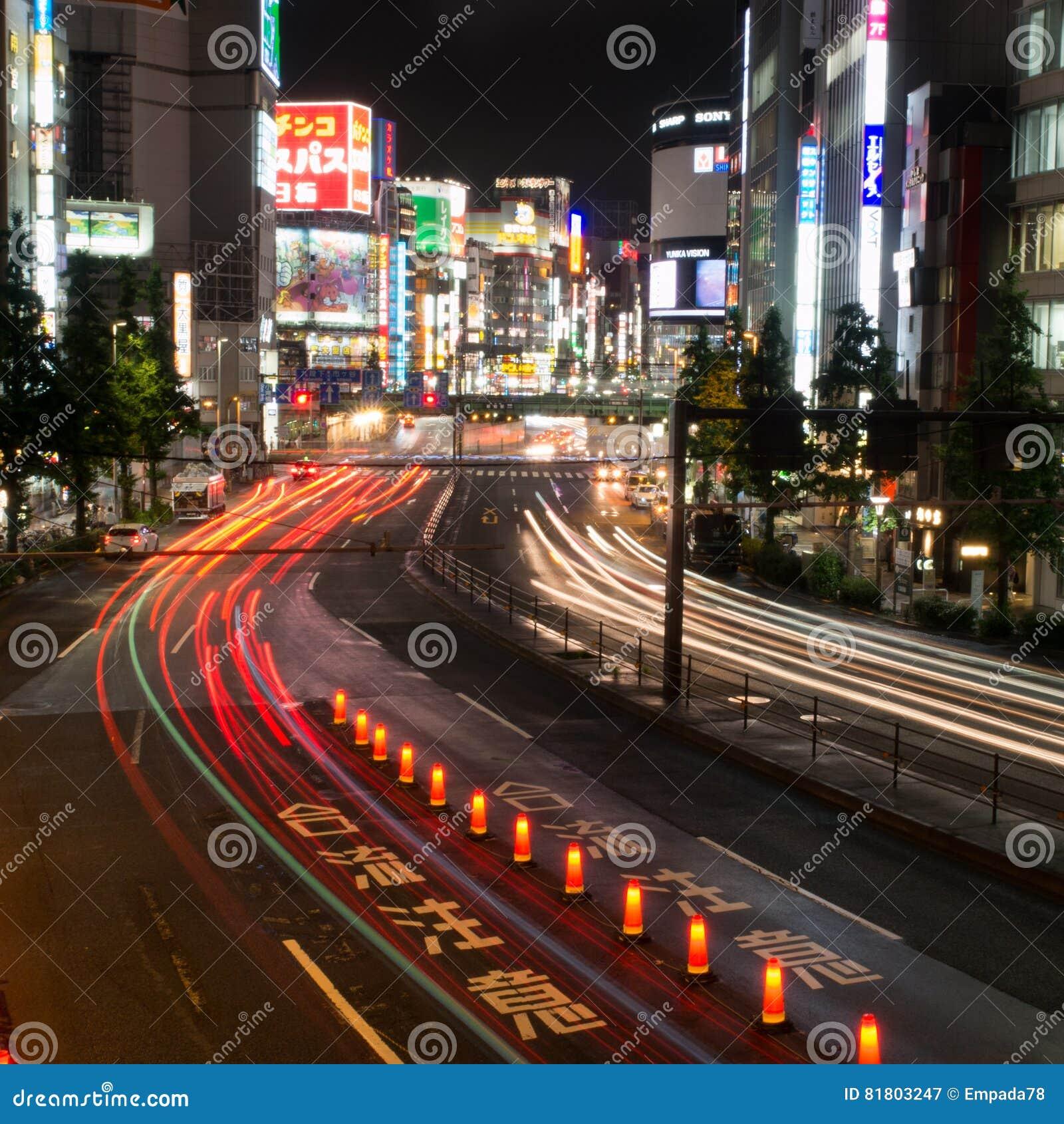 Торгуйте потоками вниз с улицы токио вполне неоновых вывесок