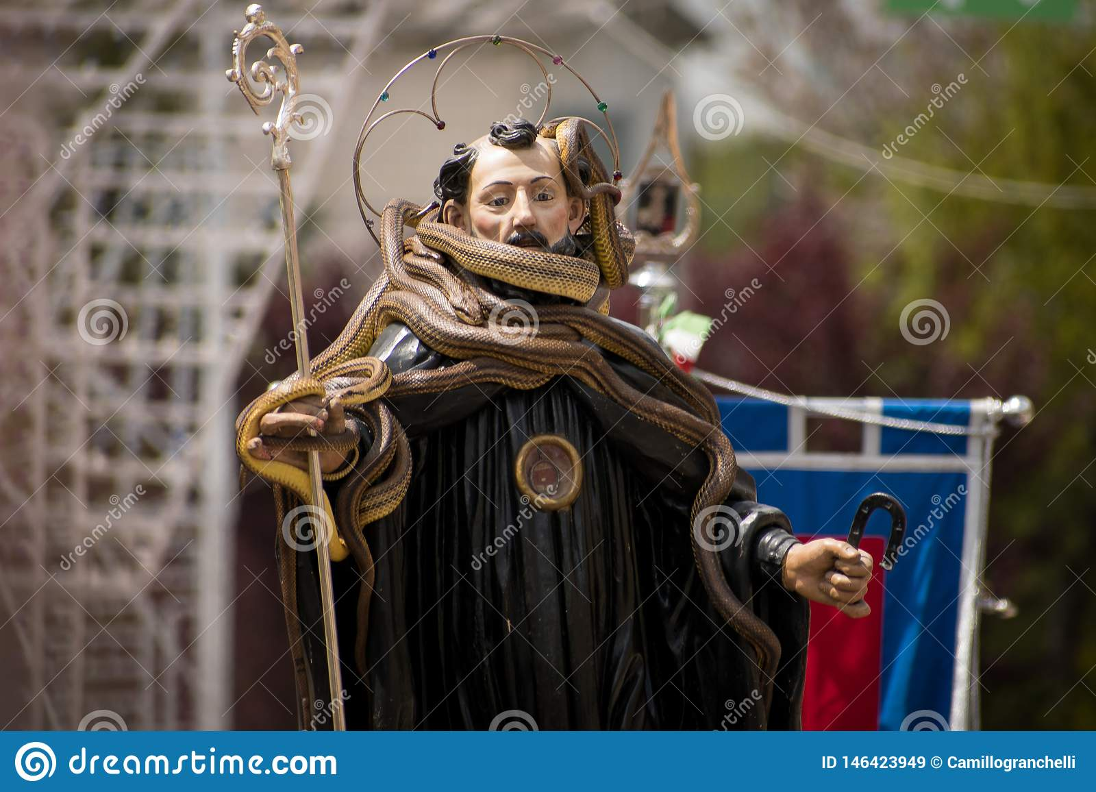 Торжество покровителя Сан Domenico городка Cocullo в Италии