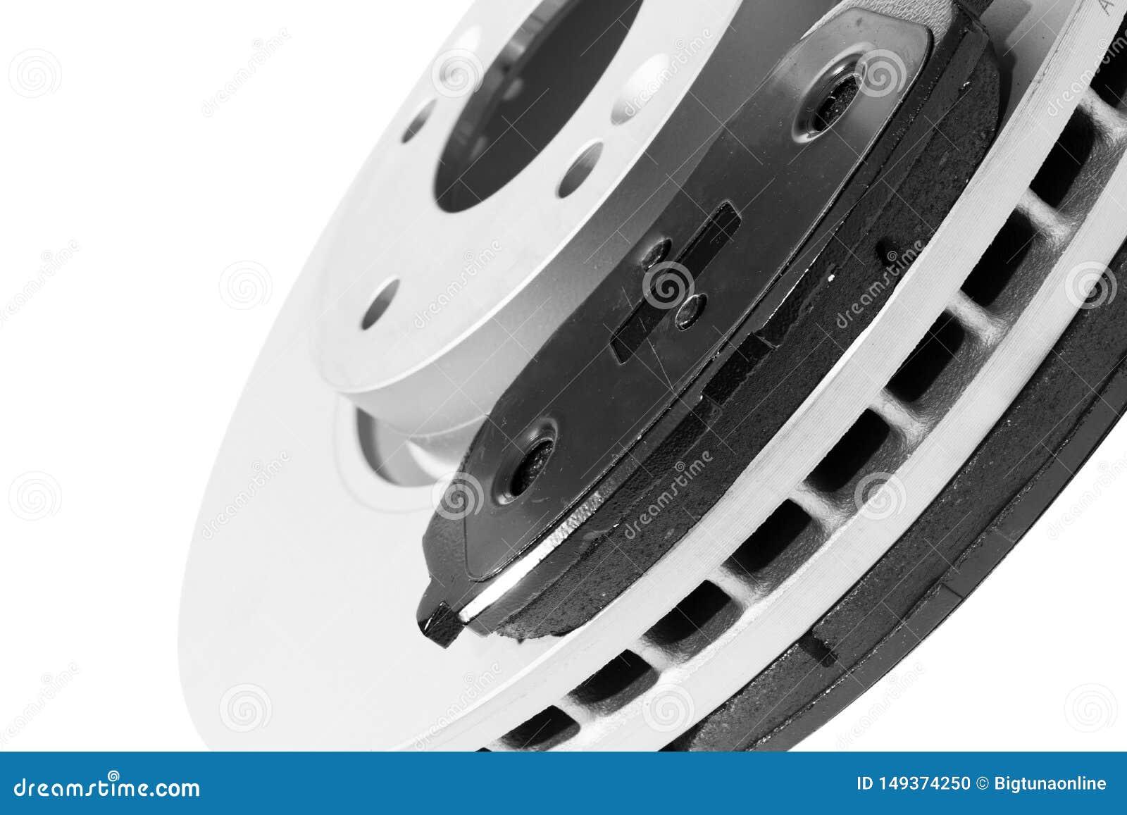 Тормозные шайбы и тормозные колодки изолированные на белой предпосылке Автозапчасти Ротор тормозной шайбы изолированный на белизн