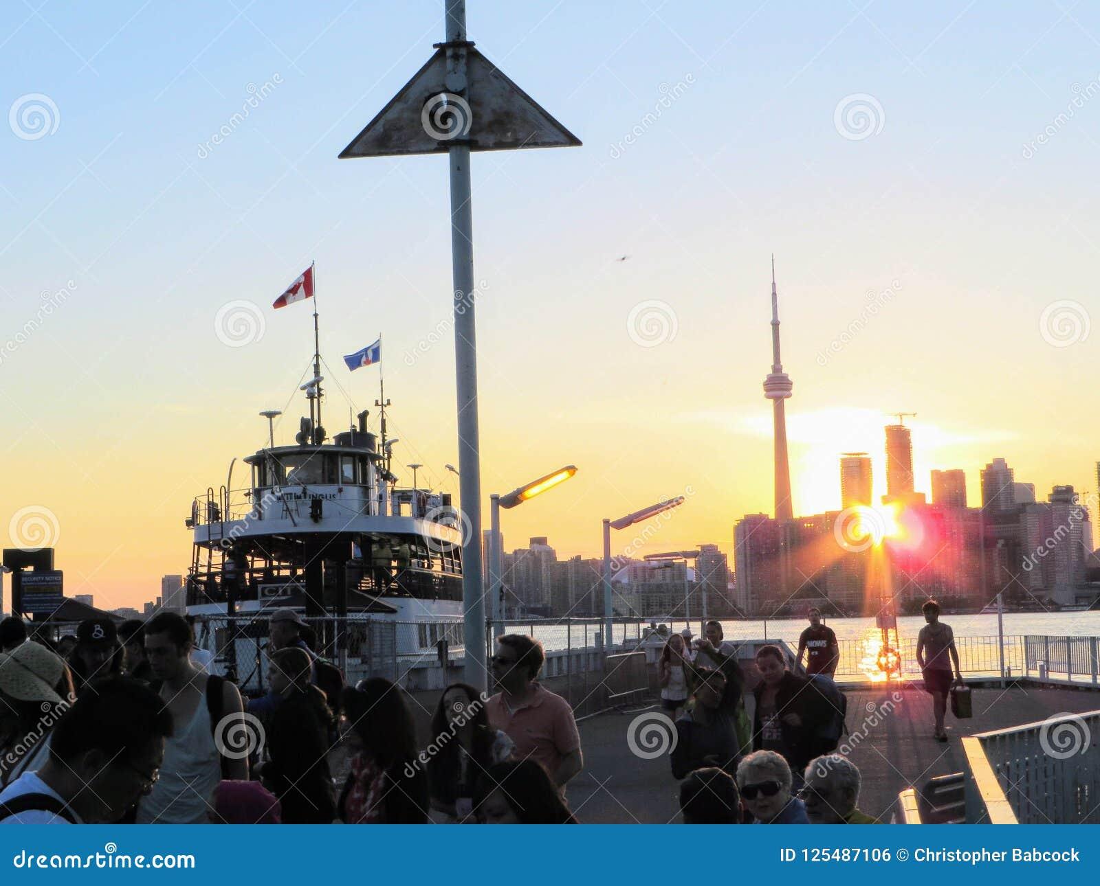 Торонто, Онтарио, Канада - 22-ое июня 2014: Вечер лета дальше