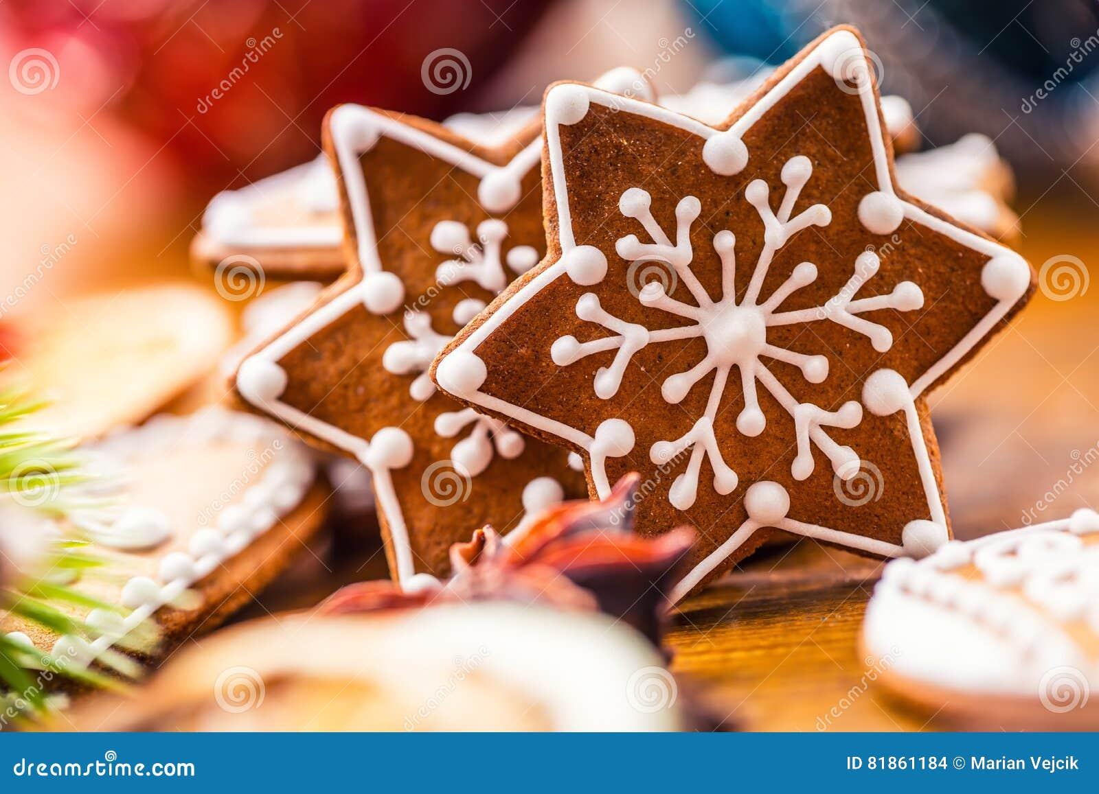 Торты помадки рождества Печенья пряника рождества домодельные на деревянном столе