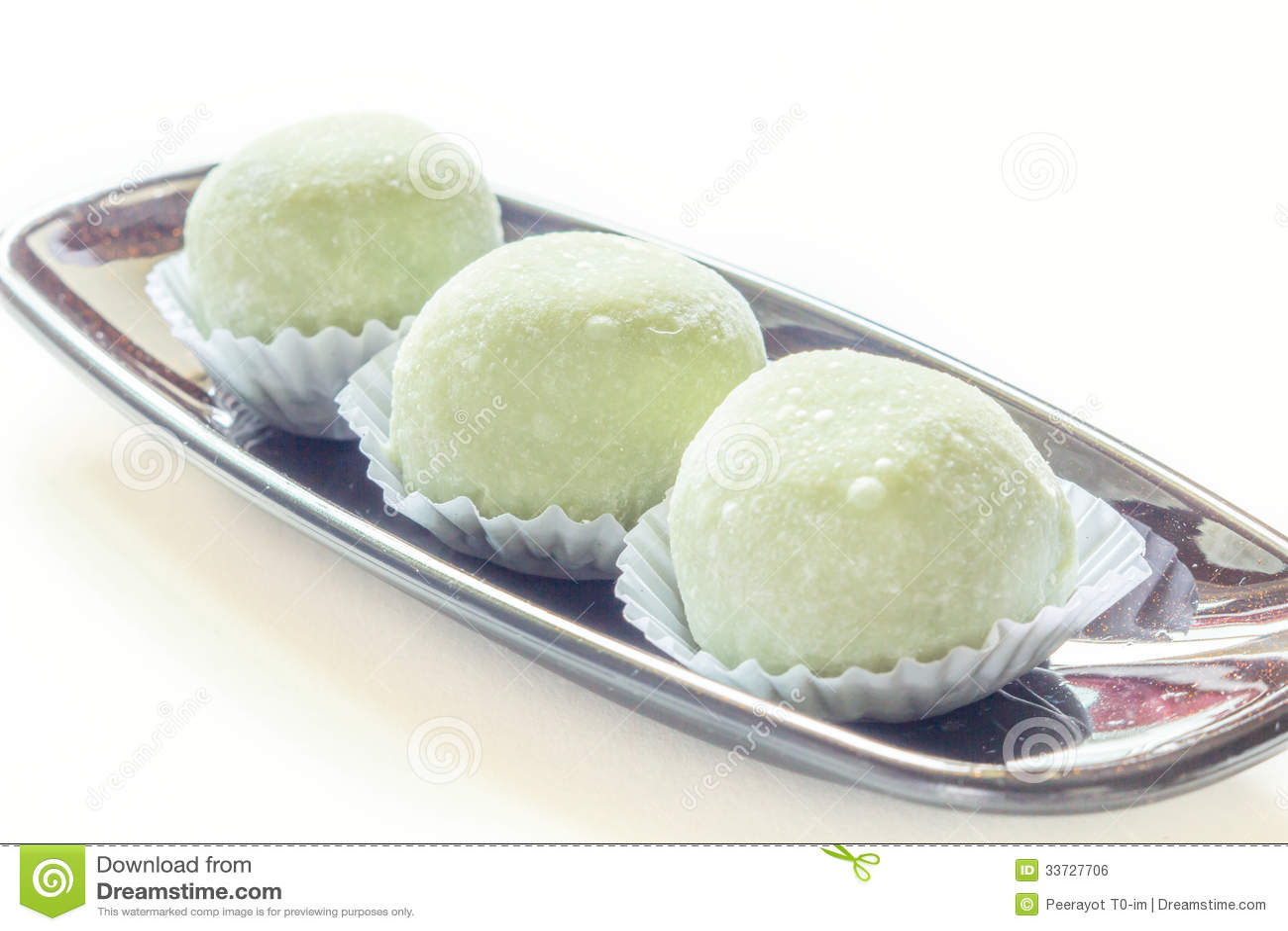 Торт вкуса зеленого чая на белизне.