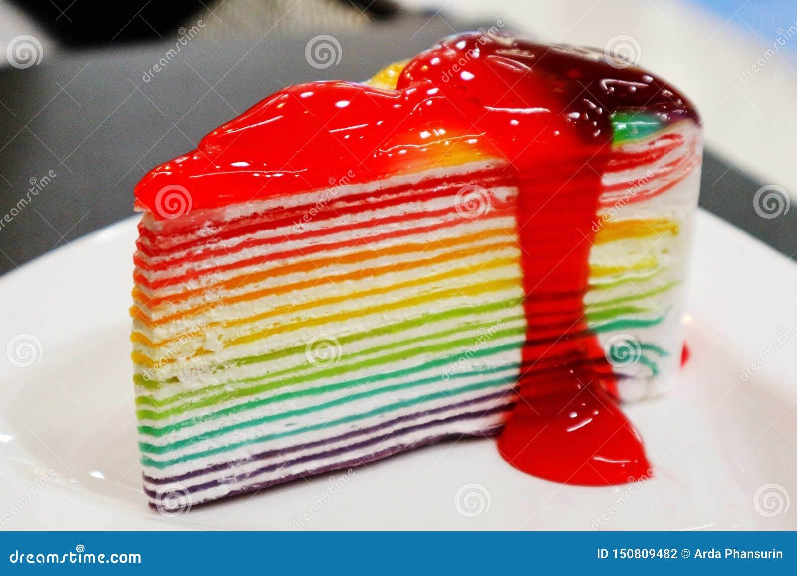 Торт радуги с вареньем клубники на верхней части