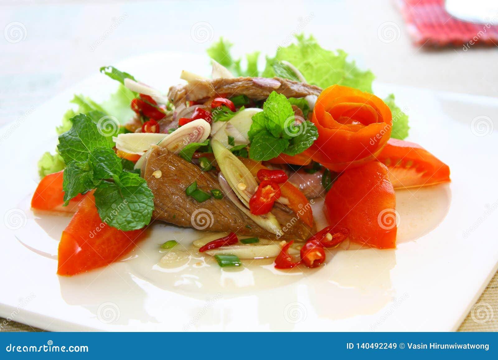 Торт рыб, тайский торт рыб стиля служил с хрустящими лист базилика
