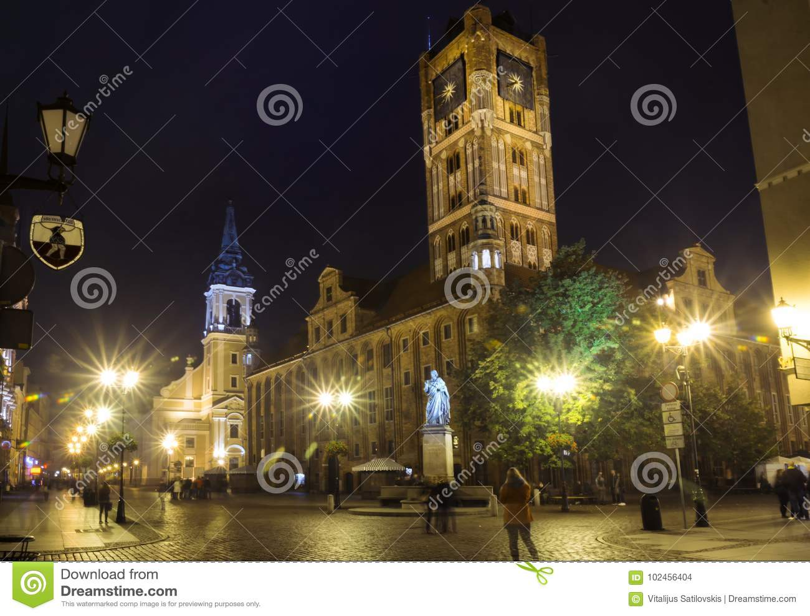 2017 10 20 Торун Польша, взгляд ночи улицы города Торуна, старого горизонта с ратушей, одной городка из самой большой залы в вост