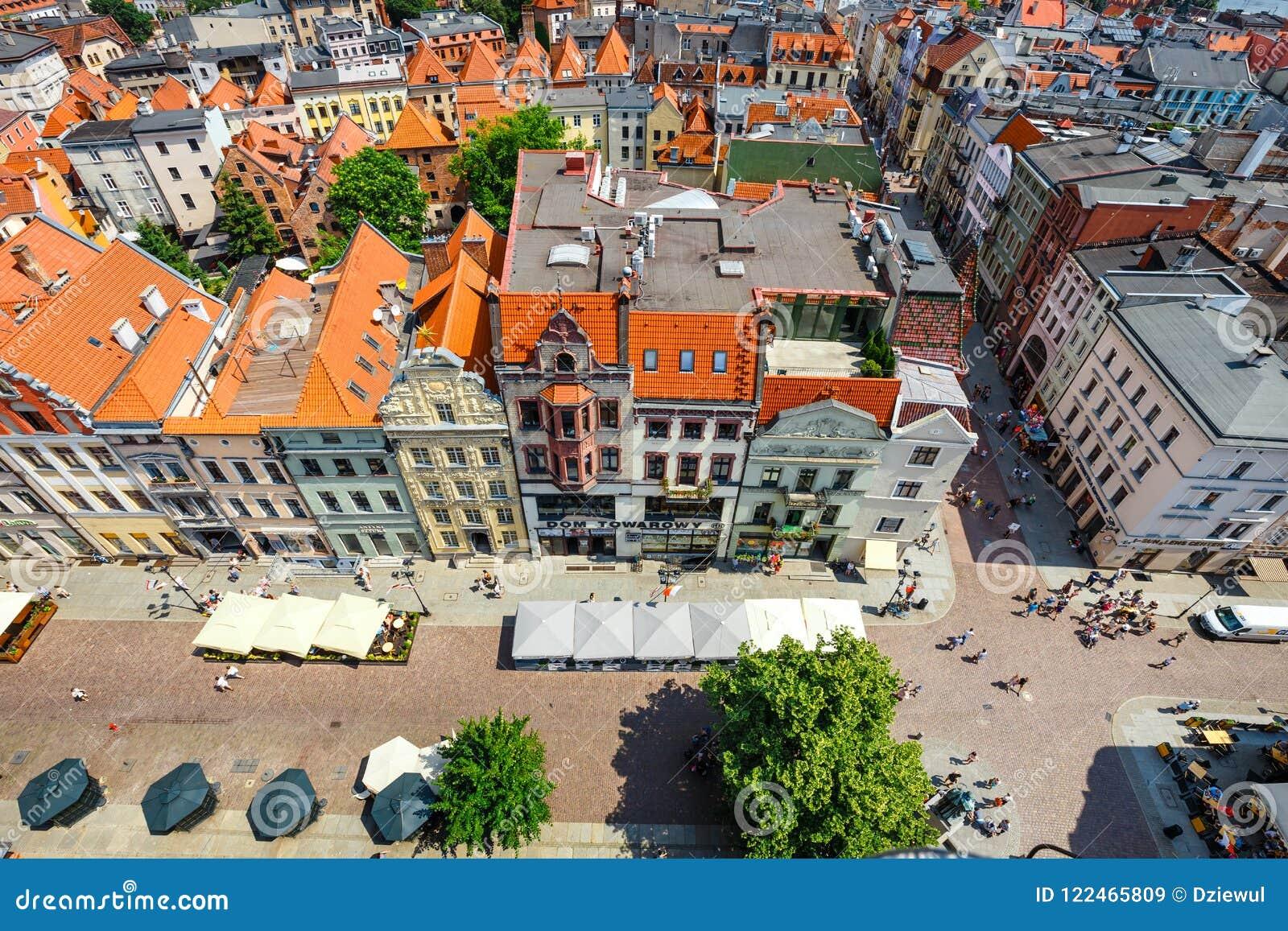 Торун, Польша - 1-ое июня 2018: Вид с воздуха исторических зданий и крыш в польском средневековом городке Торуне, Польше Торун p