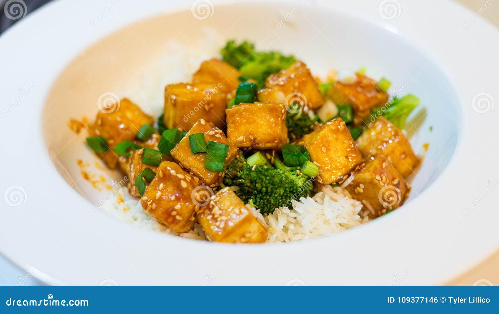 Тофу меда Chili с рисом и брокколи