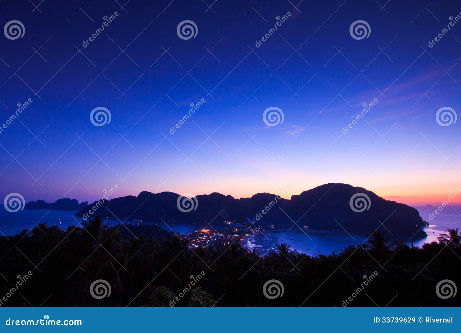 Точка зрения в заходе солнца на острове Phi Phi, Таиланде