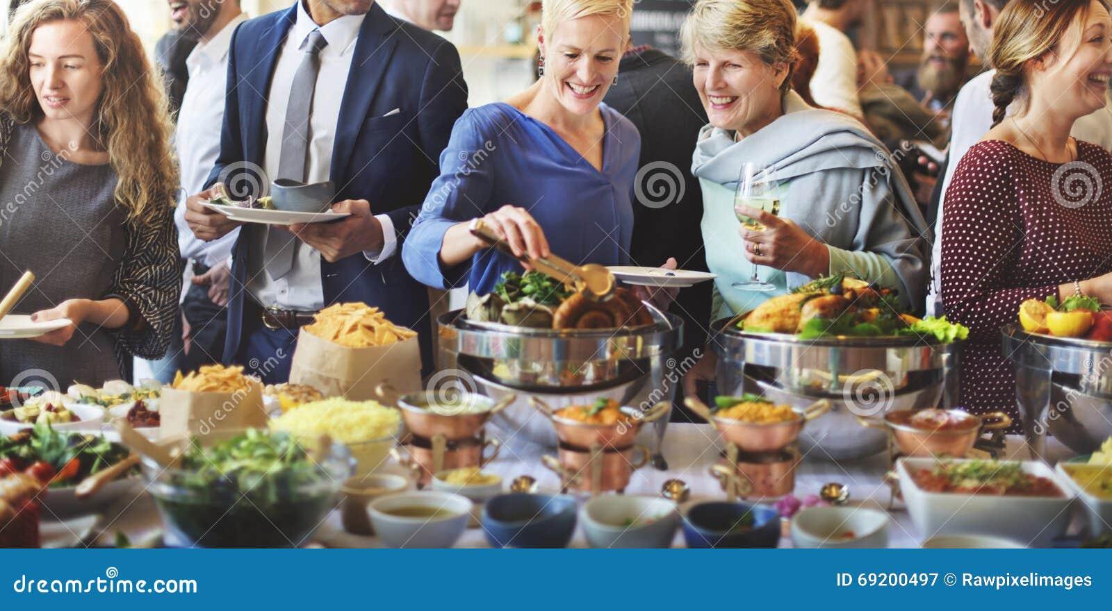 Толпа завтрак-обеда отборная обедая варианты еды есть концепцию