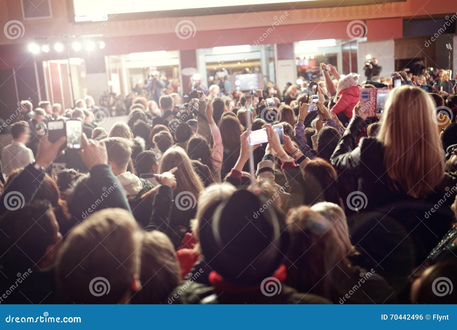 Толпа и вентиляторы на премьере фильма красного ковра
