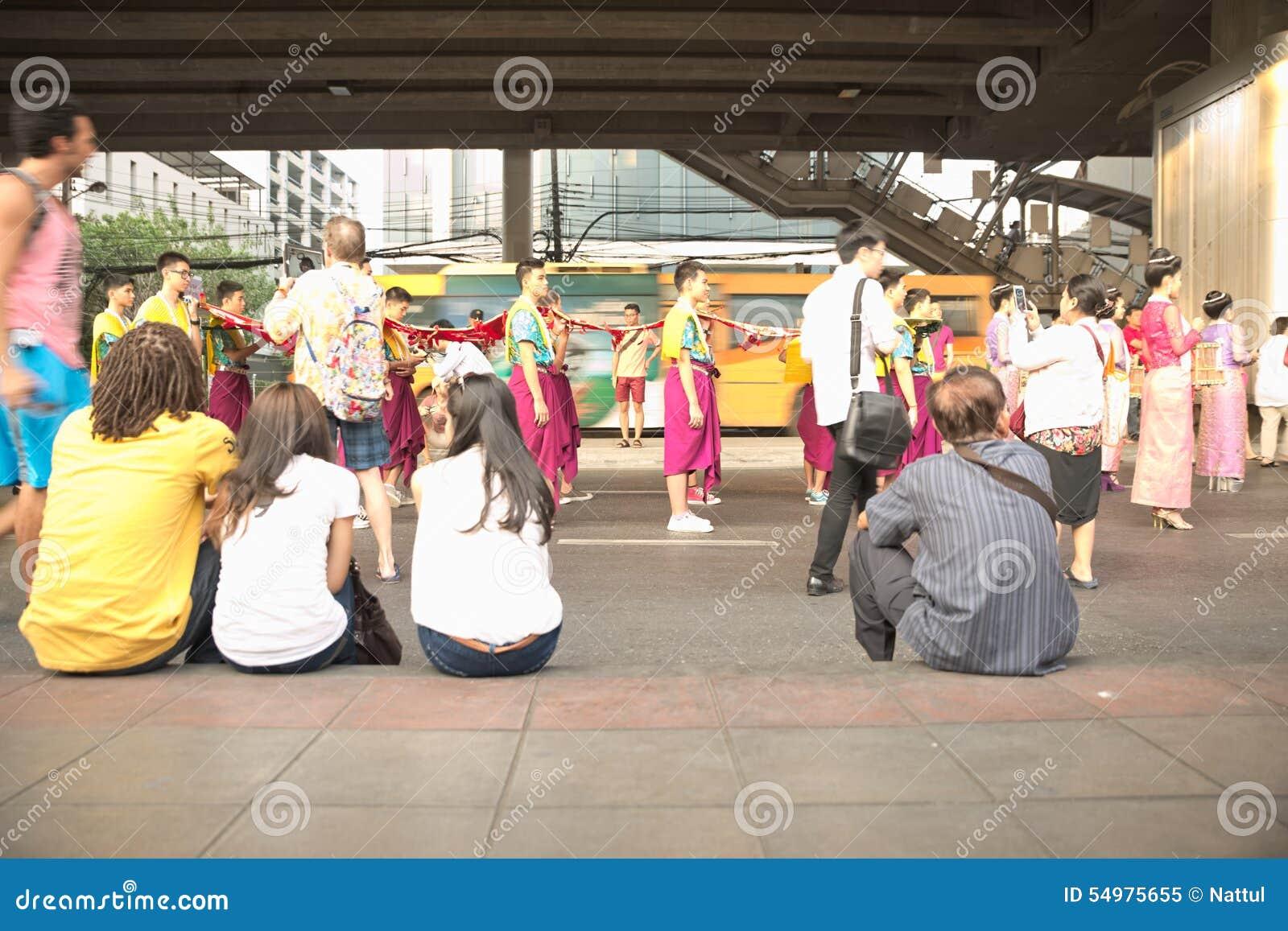 Толпа сидит на событии пешеходного пути наблюдая