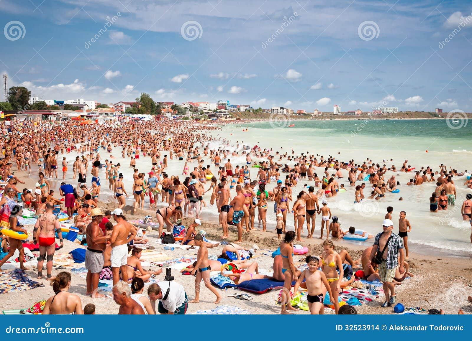 Толпить пляж с туристами в Costinesti, Румынии