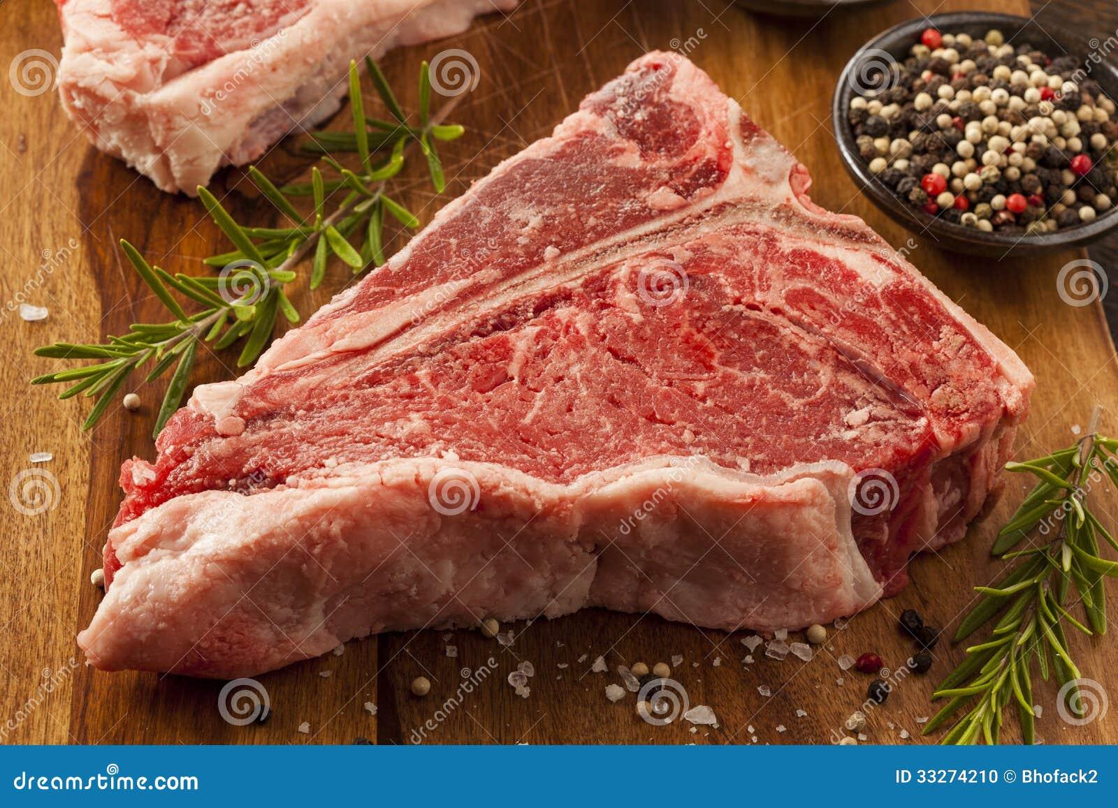 Толстый сырцовый стейк T-косточки