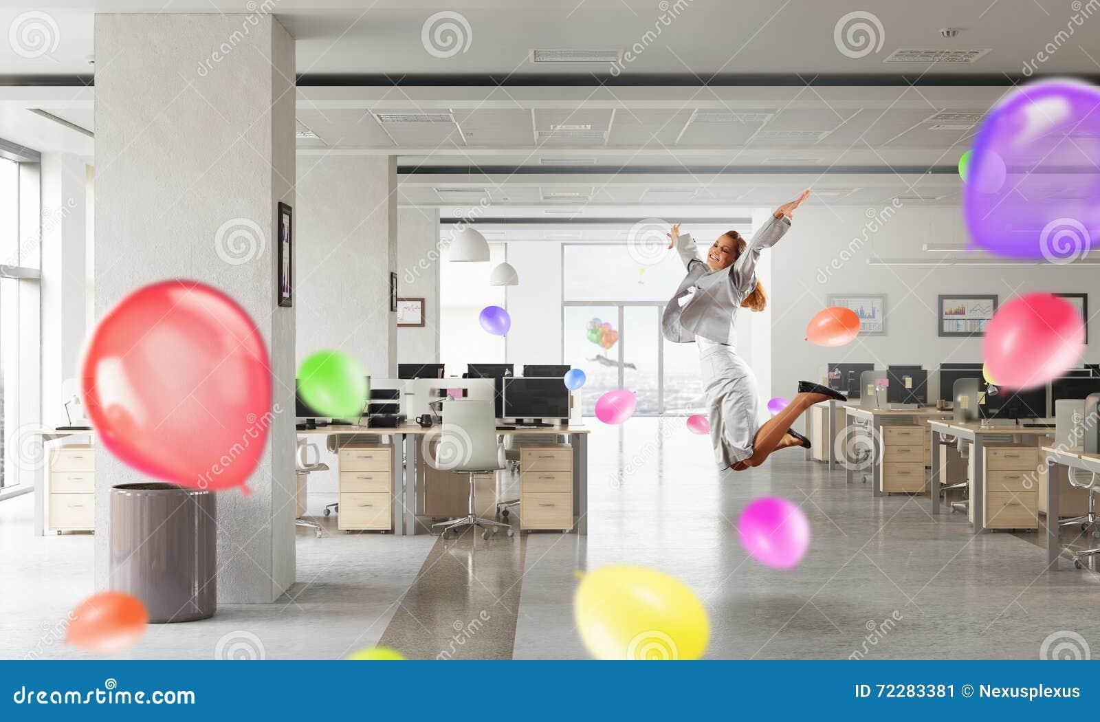 Download То чувство свободы стоковое изображение. изображение насчитывающей танцы - 72283381