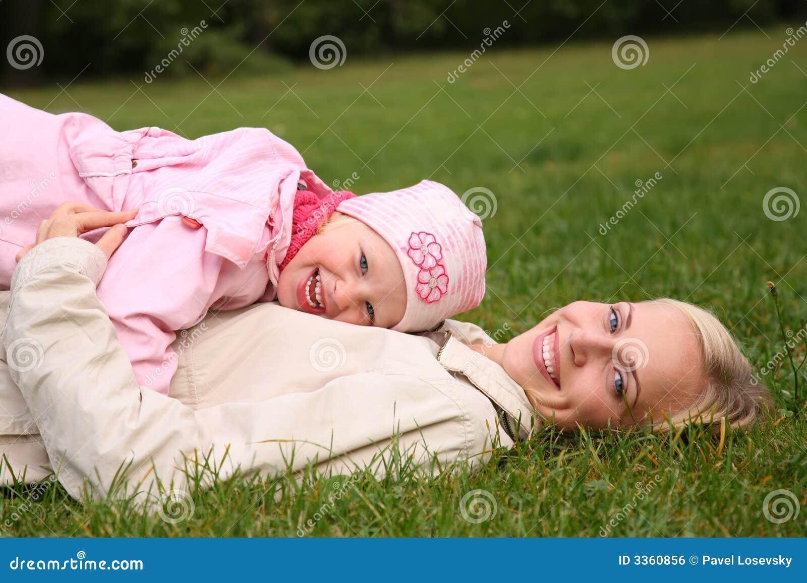 трава лежит мать