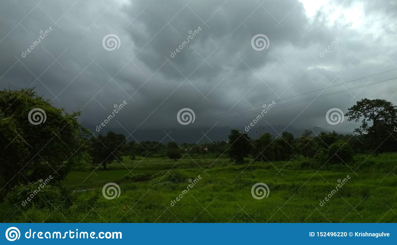 Травянистый ландшафт затеняемый темным clouda