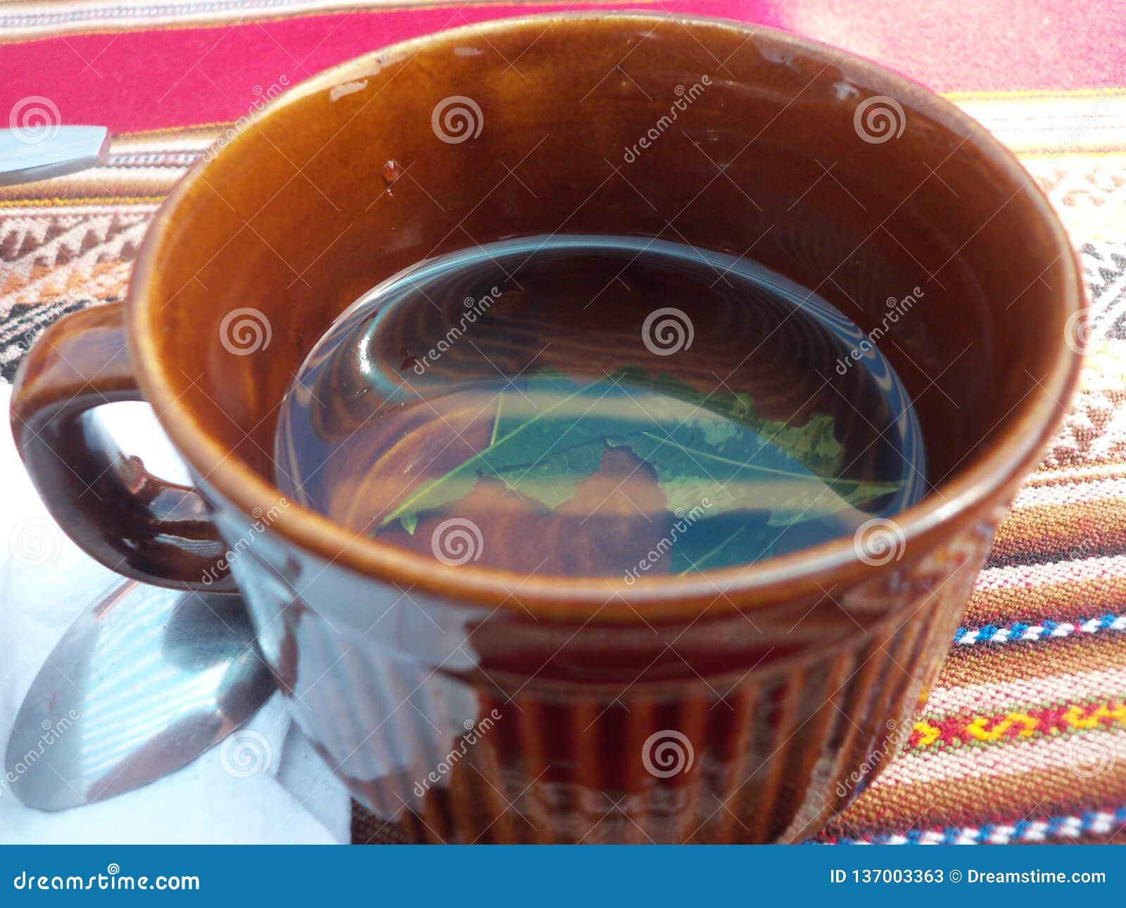 Традиционная чашка чая на острове Taquile, озере Titicaca, Перу