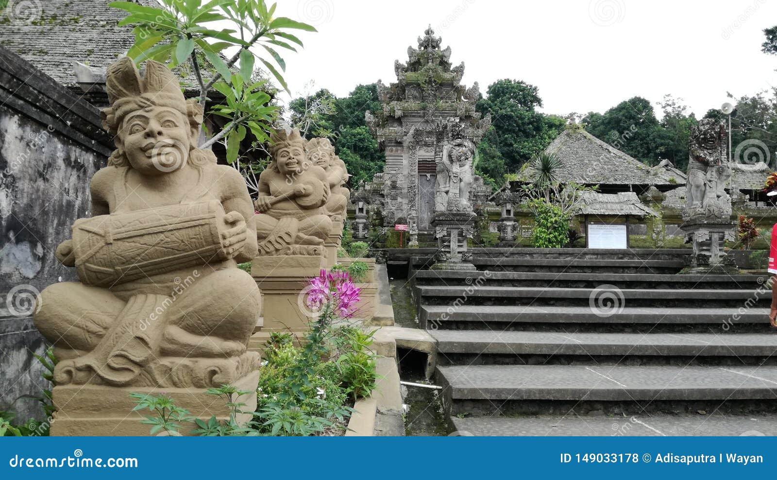 Традиционное балийское agung kori архитектуры со статуей людей играя балийца gambelan на деревне Бали penglipuran