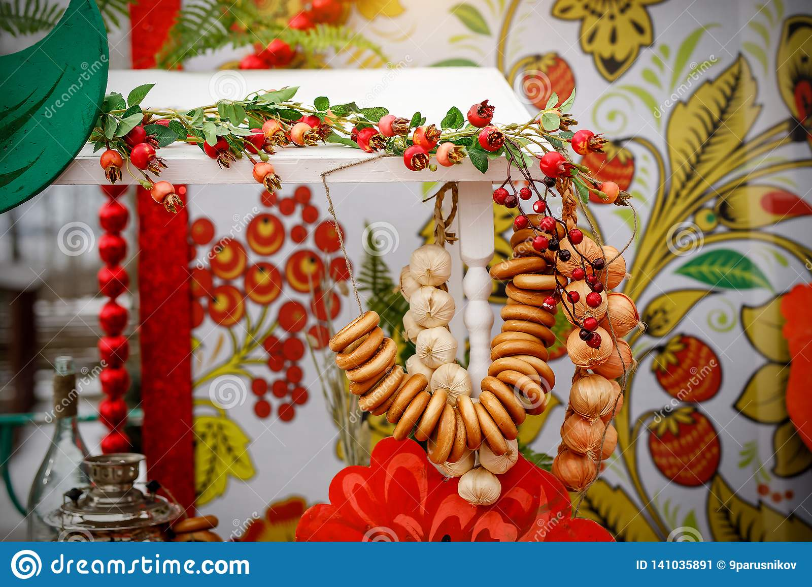 Традиционное русское чаепитие включая горячий черный чай от самовара, сахара шишки, sushki бейгл хруста и baranki