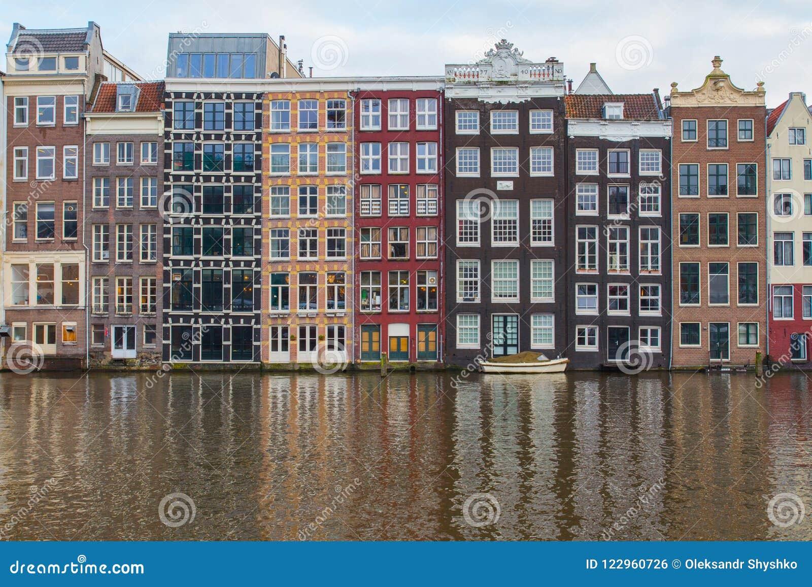 Традиционные голландские дома на банках канала в центре Амстердама Нидерланды