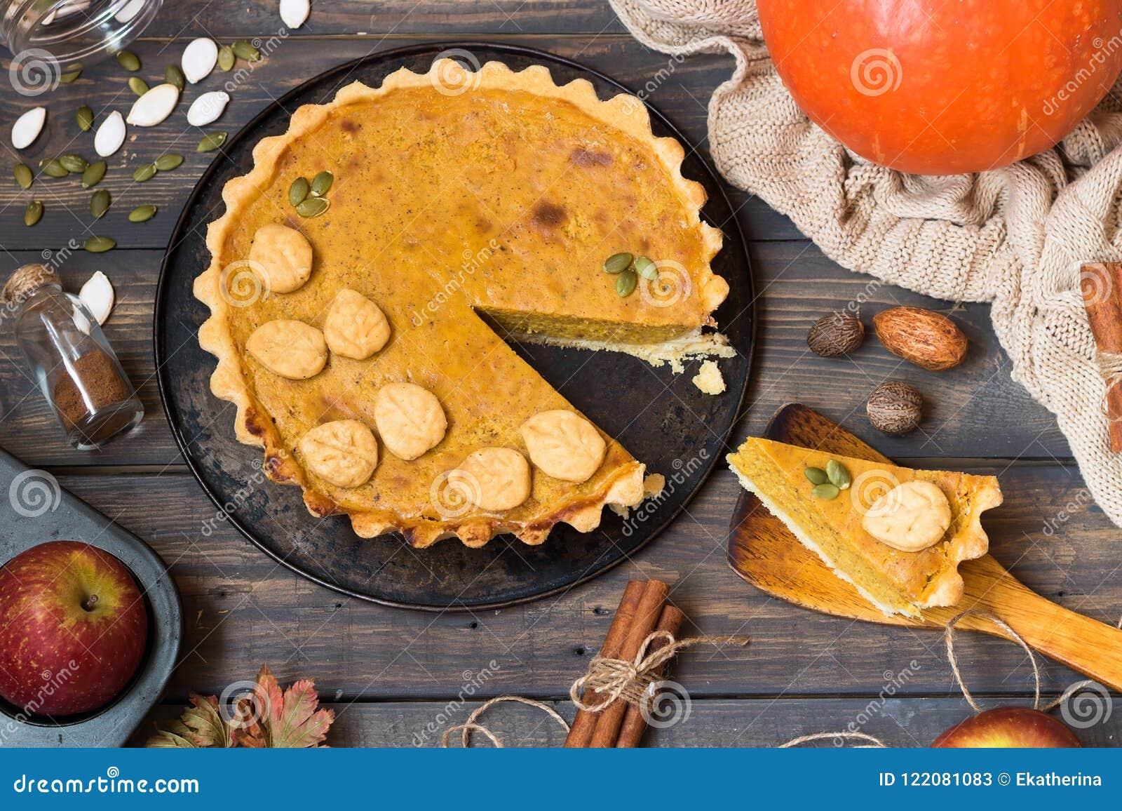 Традиционный домодельный американский пирог тыквы с оформлением печенья в форме листьев на праздник
