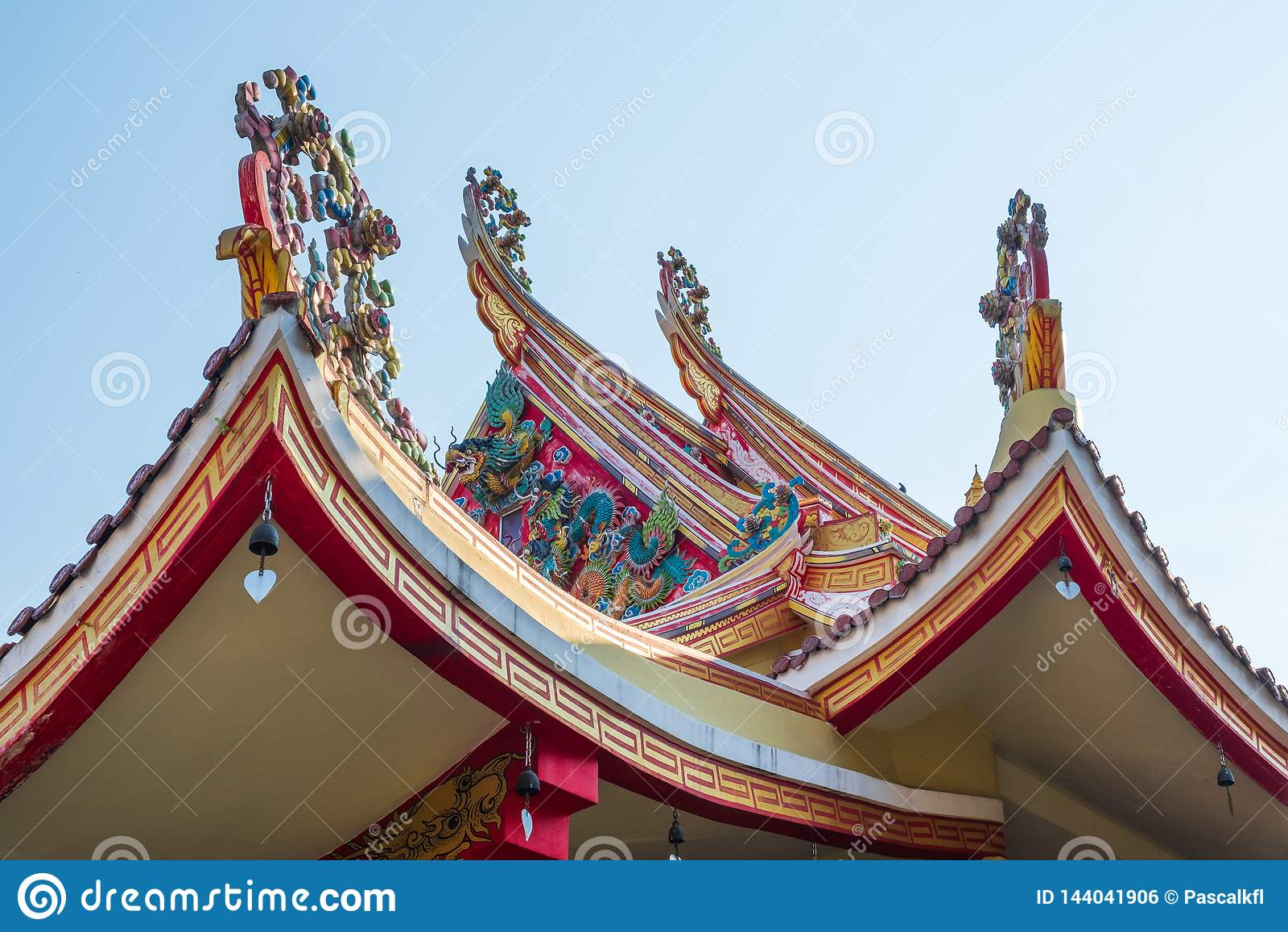 Традиционный орнамент тайской крыши виска в Бангкоке