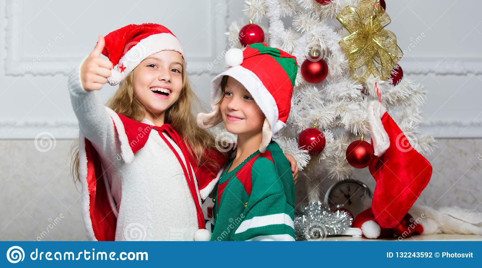 Традиция праздника семьи Дети жизнерадостные празднуют рождество Костюмы santa рождества детей и эльф Зима