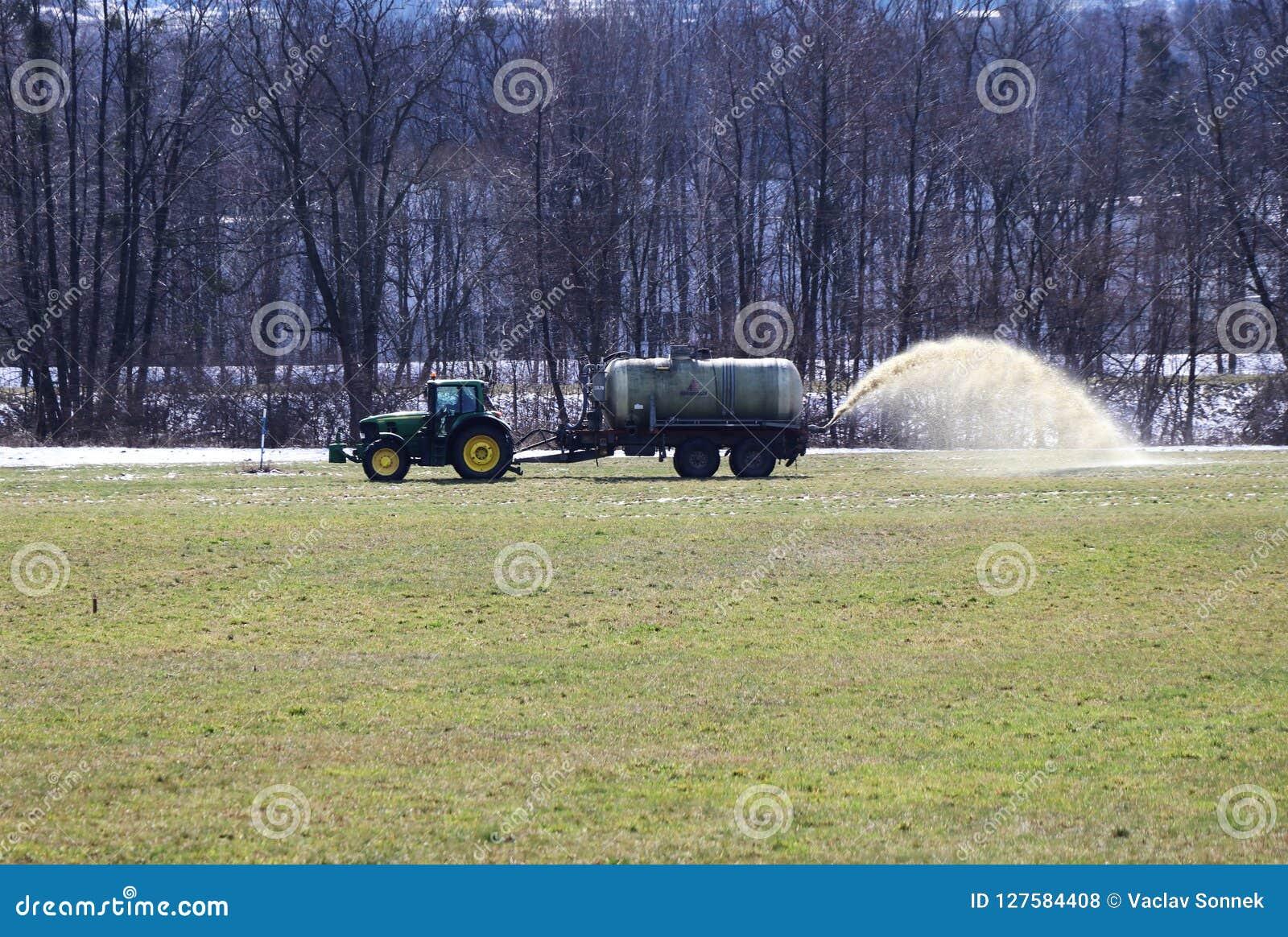 Трактор лить поле с жидкостным поземом для лучшей структуры поля Необходимо для лучшего сбора