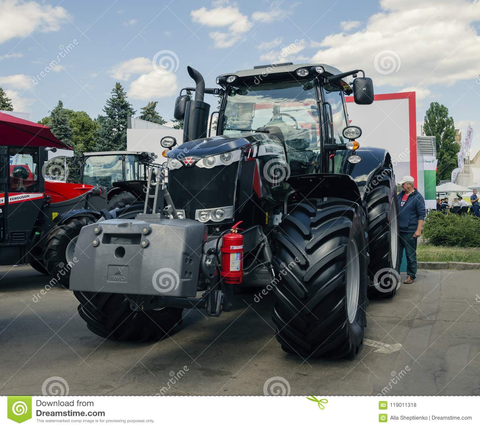 Трактор представил на XXX международное Агро-промышленное Exhib