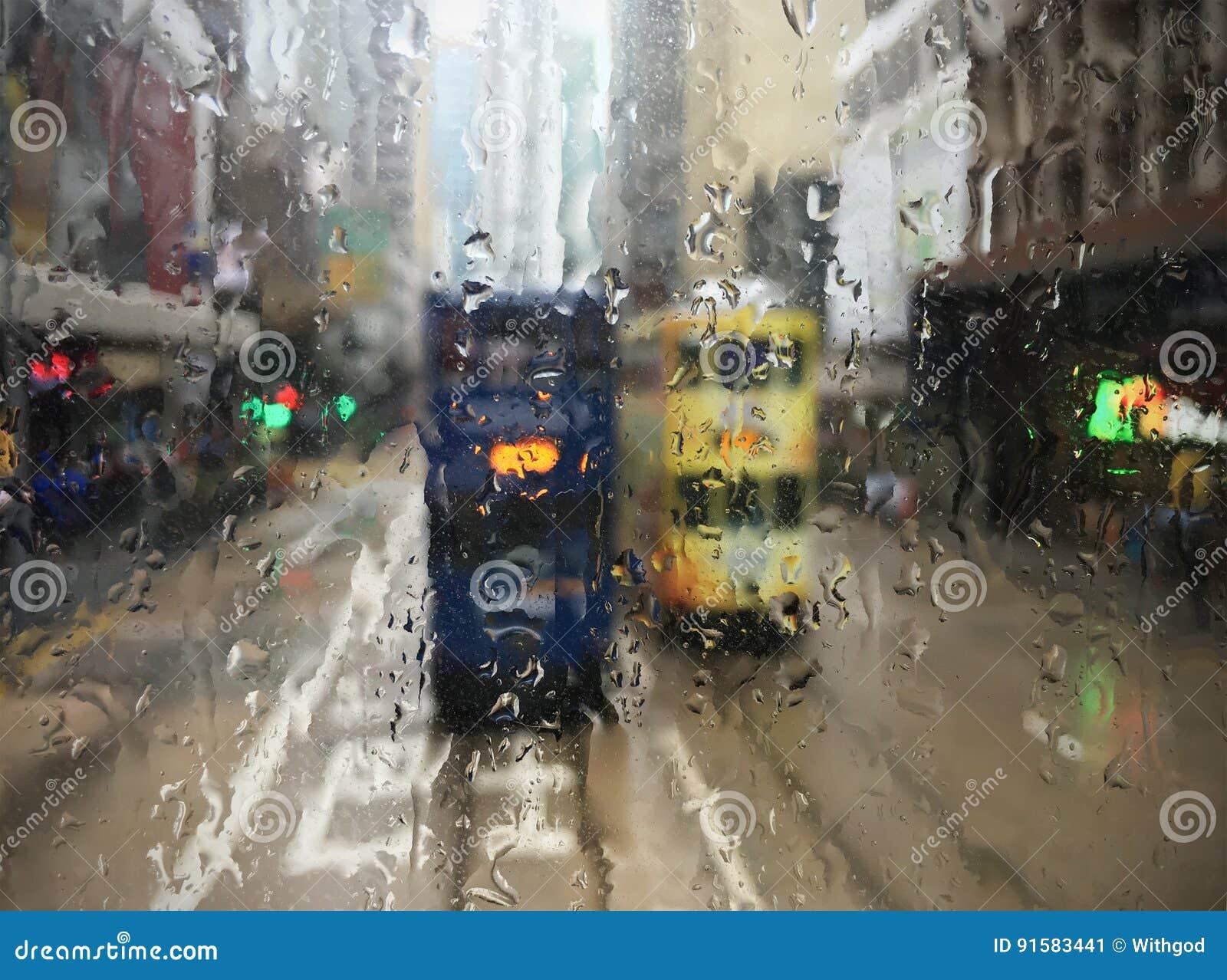 Трамваи в Гонконге через влажное окно