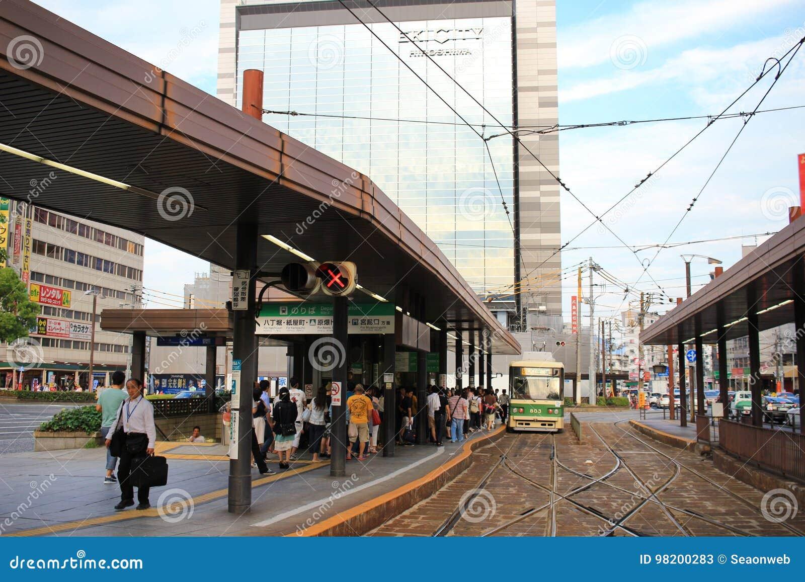 Download трамвайная остановка на станции Хиросимы Редакционное Стоковое Фото - изображение насчитывающей ridership, публика: 98200283