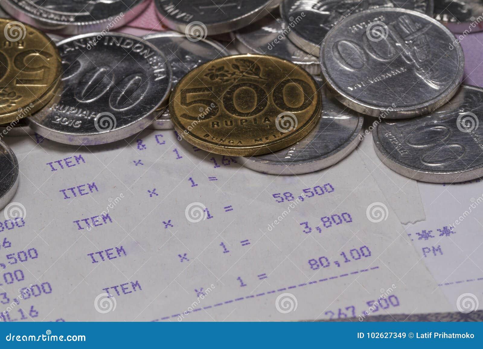 Тратящ деньги и оплату проиллюстрированные с монетками, бумажными деньгами и бумагой получения в конце вверх
