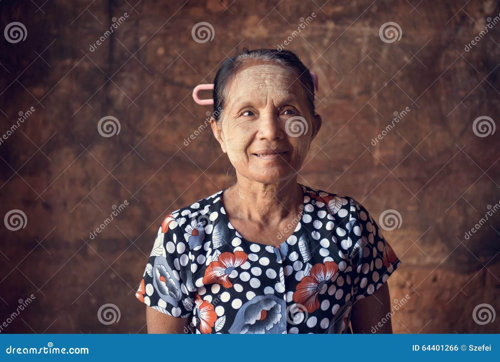 Традиционная азиатская бирманская женщина